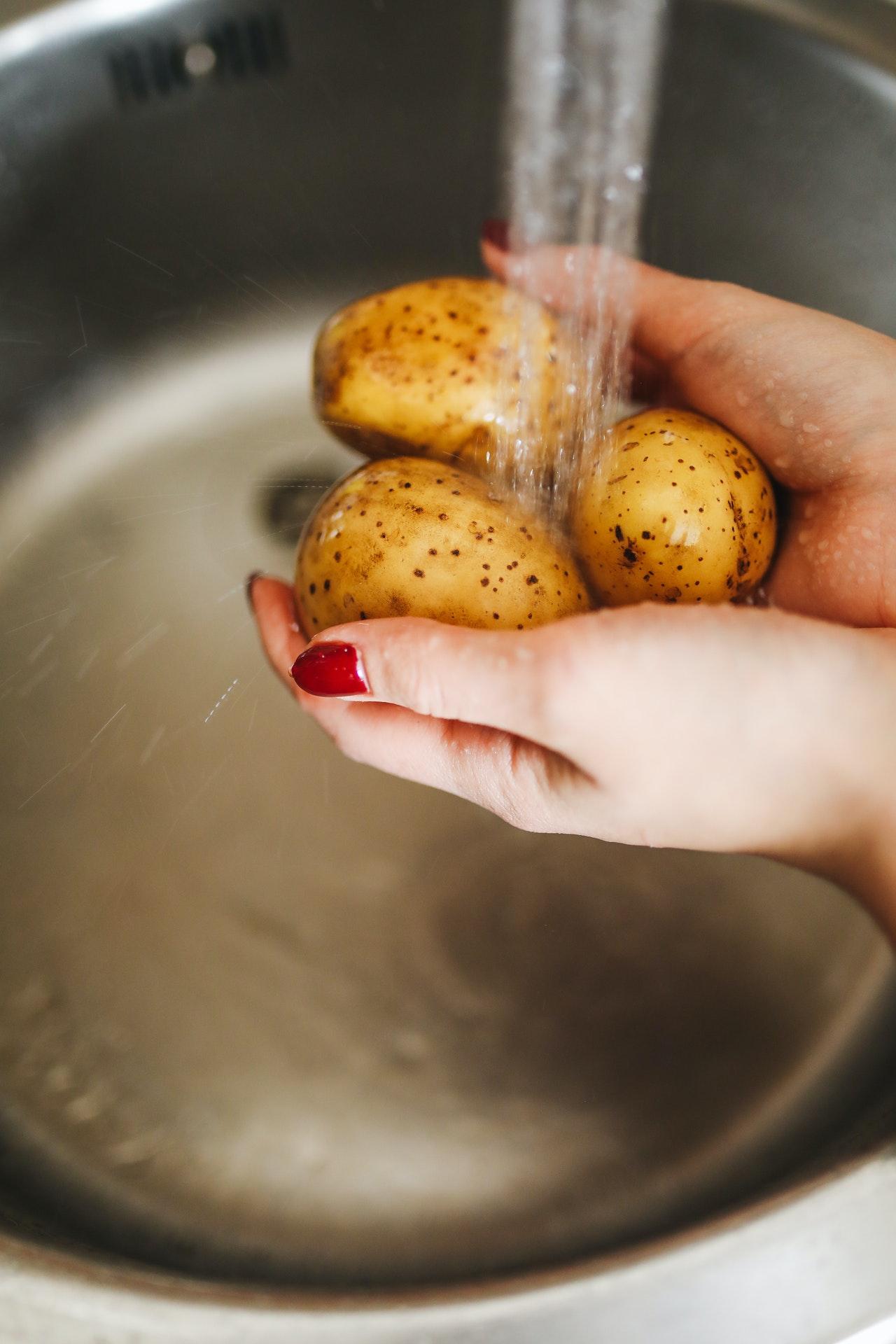 Die beste Art, Kartoffeln mit Schale schmackhaft zu kochen